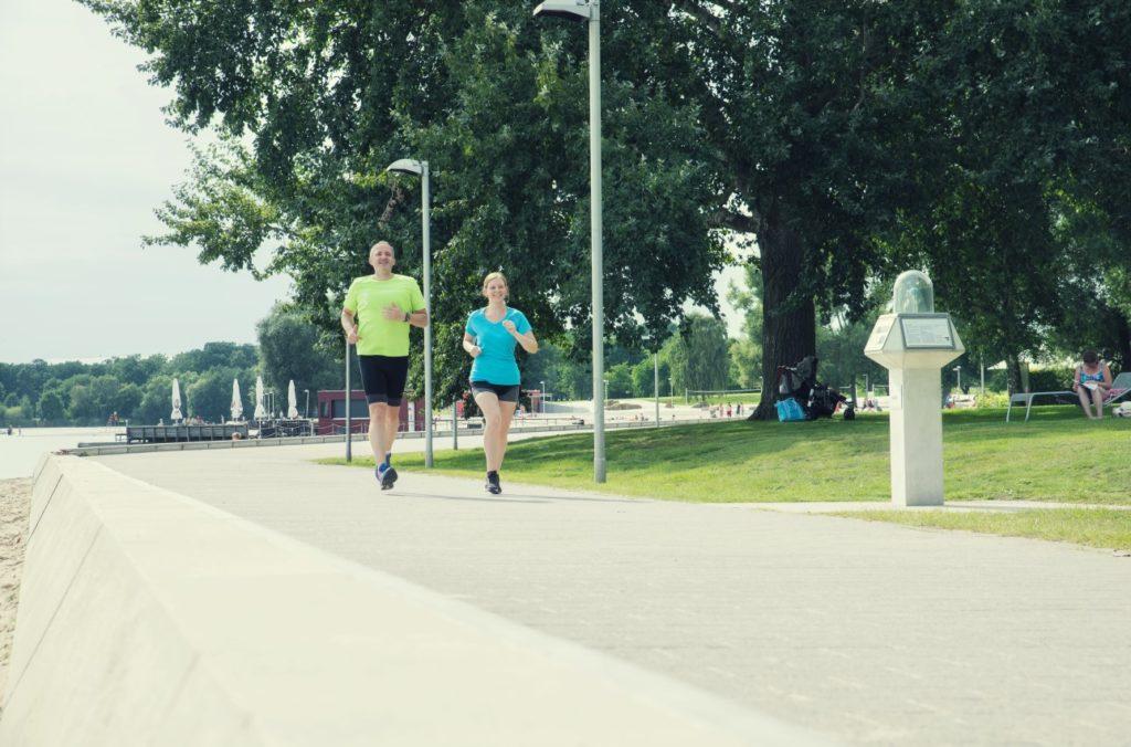 Jogger im Allerpark am Seeufer in Wolfsburg