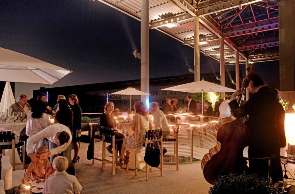 Im Außenbereich des Kunstmuseum Wolfsburg lassen sich elegante Empfänge oder auch kleinere Veranstaltungen im Rahmen einer Tagung in Wolfsburg abhalten.